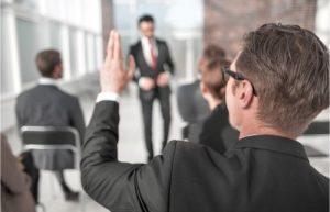 授業中に手を挙げる男性